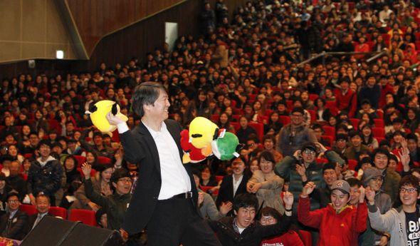 """안철수원장 """"앵그리버드는. 착하고 순한 새들이 자기 몸을 던져서 거대한 기득권 성채를 깬다는 의미"""" 대학생들에게 앵그리버드 인형 던져주며 간접적인 투표 독려"""