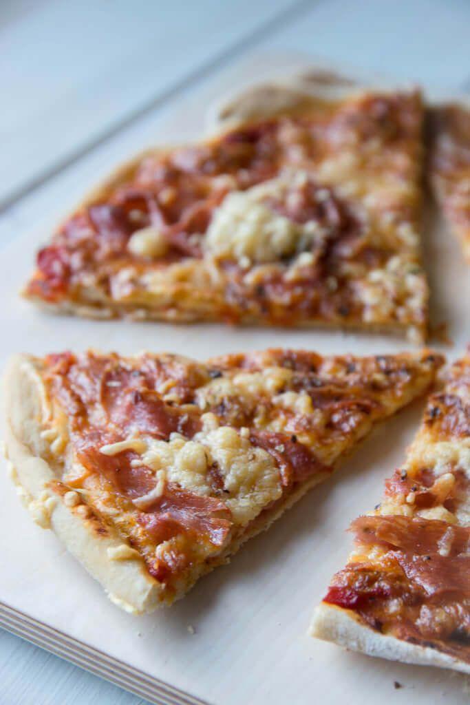 Super knusprige Dinkel Pizza ganz einfach selber machen