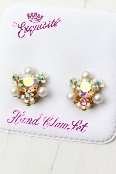 'Exquisite Vintage Pearl & AB Crystal Tiny Flower Clip On Earrings' - Beautiful pretty clip on earrings from Exquisite, Complete with original fabric card. Exquisite jewellery was made from 1914 until the end of the 1970s, based in Solihull, UK. These earrings feature large centre AB stones which show an amazing array of colours, plus smaller stones and pearls around the outside. With tiny metal flower settings.
