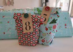 Bevor es im nächsten Beitrag mit der Patchworkdecke weiter geht, gibt es heute noch fix eine Idee für schnelle genähte Adventskalender-Taschen. Oder Tüten. Oder Säckchen. Man kann sie nennen wie man möchte, hinein kommt ja doch das Gleiche: kleine Geschenke und Süßigkeitenfür die Liebsten.   Die meisten haben bestimmt schon einmal kleine fluffige Säckchen genäht, hier kommt eine Version mi ...