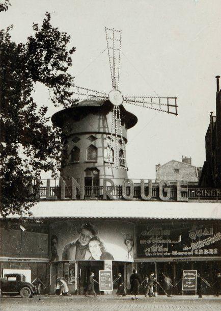 Quai des brumes à l'affiche du cinéma du Moulin Rouge, Paris, 1938 • Willy Ronis. (1910-2009)
