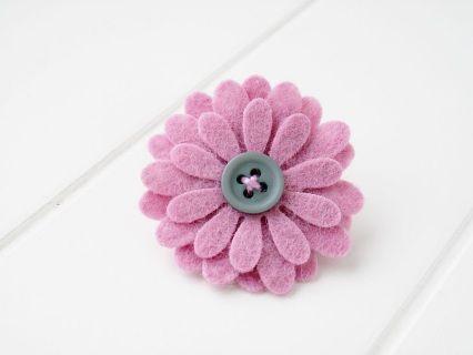 Broszka przypinka kwiatuszek uszyty z filcu . Średnica kwiatuszka 3,8 cm. Zapięcie broszkowe z blokadą.