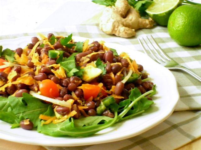 Con l'arrivo del caldo arriva anche la voglia di sapori freschi e piatti leggeri. L'insalata di fagioli azuki è uno di quei piatti che preparo spesso in qu