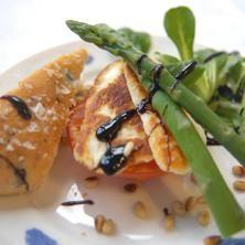 Grillad tomat med halloumi och sparris - Recept i Hemmets kokbok