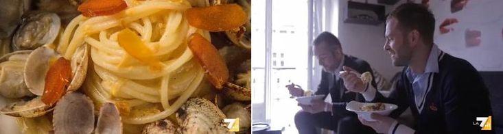 Simone Rugiatirivela i segreti della sua cucina, nel suo nuovo programma web,Food Maniac. Quest'oggi, godiamo dei sapori dell'estate, gustando la versione di pasta con vongole e bottargadello chef. Ingredienti:320 g spaghetti n5 artigianali,500 g vongole veraci,70 g bottarga,1 limone,2 spicchi di aglio, peperoncino,sale, olio extravergine. Fate spurgare le vongole in acqua fredda e salata per …