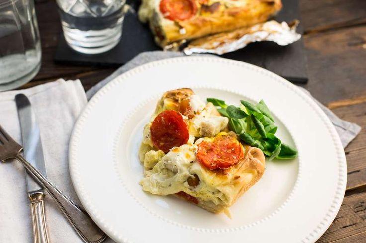 Recept voor quiche caprese voor 4 personen. Met zout, boter, peper, cherrytomaat, aardappel, mozzarella, ei, crème fraîche, filodeeg, basilicum en pangasiusfilet