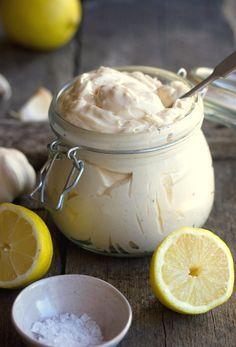 Συνταγή για σπιτική μαγιονέζα που γίνεται... στη στιγμή! Είναι πανεύκολη γρήγορη και υγιεινή και ταιριάζει τέλεια στα φαγητά ή και σαν dressing.