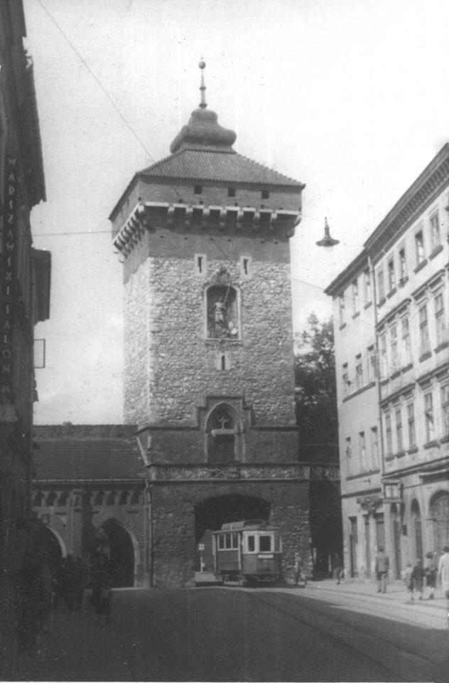 Kraków-ciekawostki,tajemnice,stare zdjęcia. Brama Floriańska i tramwaj jadący w stronę Barbakanu. Fotografia wykonana w latach 1940-44.