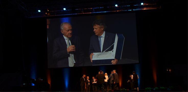 Peter Schröcksnadel, Präsident des Österreichischen Skiverbandes, übergibt den lifetime award an Skilegende Charly Kahr.