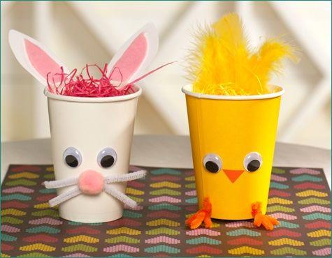 FACILITO.  Para hacer con los niños y para los niños. Pollito y conejo de Pascua. Se necesitan 2 vasos de plástico (blanco y amarillo), 1 limpia pipas blanco, un mini pimpón rosa, 4 ojitos móviles, papel construcción blanco, rosa y naranja, papel plástico picado para rellenar los vasos, goma transparente y las golosinas para poner en los vasos.  Hacer de acuerdo a lo que ve en la imagen.