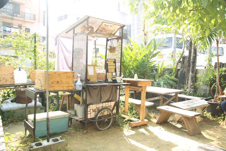国際通りからほど近い空き地にある「珈琲屋台ひばり屋」オーナーの辻佐知子さんが淹れる本格珈琲が楽しめる仕事中でも旅行中でも、ちょっと休憩、にはもってこいの珈琲屋台です。そのひばり屋では、8月18日の日曜日まで「ほろ酔いモーニング&夜ひばり」と