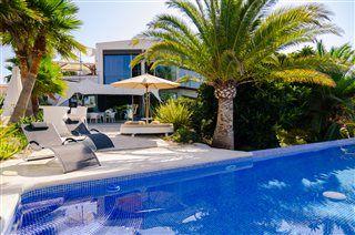 Poolen ved Villa Diamond - eventyrlig luksusvilla i Benidorm! Benidorm er med på den seneste liste over verdens mest populære hotelbyer. Se mere om Villa Diamond på www.feriebolig-spanien.dk/18006 #Benidorm #Alicante #feriebolig #luksusvilla