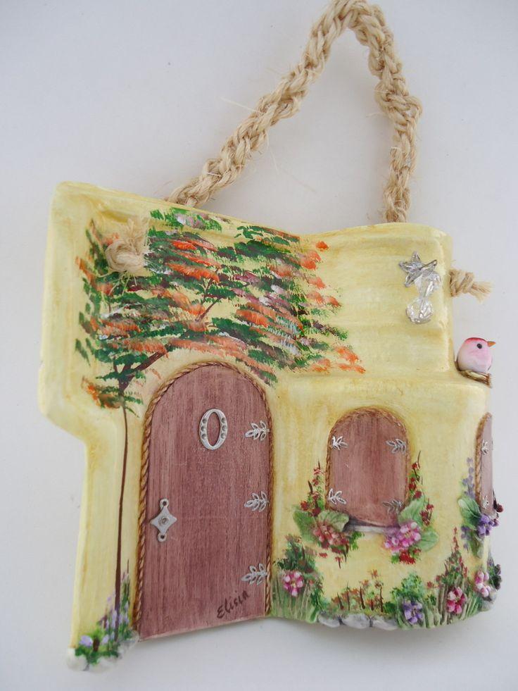 Telha decorada - Portuguesa com telhado - técnicas: pintura à óleo, modelagem em massa epox, porta e janelas em madeira, resina, pedras, peças de bijuteria e alça em macrame