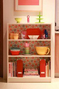 Tapete auf der Rückwand eines einfachen Bücherregals - klasse Idee!