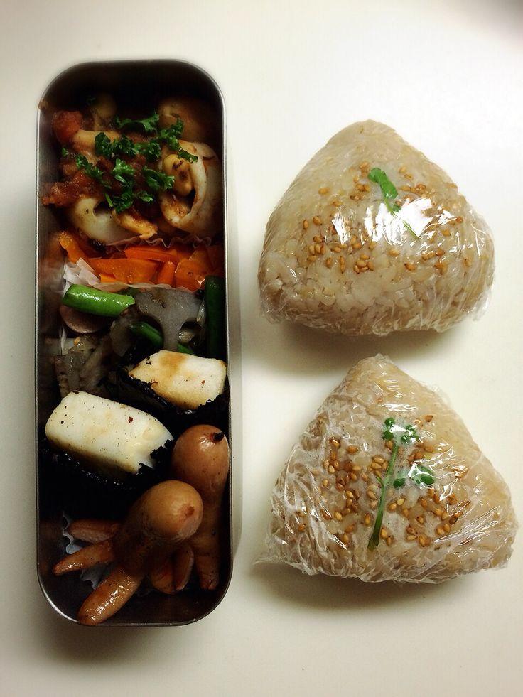 BENTO for my husband minako chiba  ベジブロスで炊いたご飯のおむすび。 お餅みたいなのはハンペンに醤油とピザチーズを乗せて焼き、海苔で巻いた磯辺焼き。  玄米 2合 白米 2合 ベジブロス 4カップ 岩塩適当に