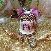 Купить или заказать Ёлочная игрушка 'Девочка с котёнком' в интернет-магазине на Ярмарке Мастеров. Работа выполнена в смешанных техниках,декупаж, лепка из полимерной запекаемой глины.Покрыто трещинами, состарено имеет винтажный вид. Прекрасно впишется в интерьер любителей старины, подойдет для новогоднего декора интерьера, для украшения новогодней ёлки и может постоянно не зависимо от времени года украшать ваше жилище.