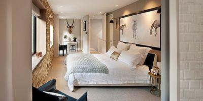 Na cihlu odkrytá zeď hlavní ložnice dodává prostoru syrovost, která kontrastuje s měkkostí na míru vyrobené postele plné polštářů a dekorativností nočních stolků. Autorem fotografie nad postelí je samozřejmě Penn.