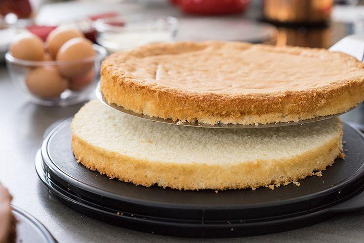 Der Wiener Boden ist ein saftiger, feinporiger und stabiler Grundteig, der sich als Grundteig für alle Torten eignet. Zutaten für einen Boden 26 cm Durchmesser und ca. 5 cm Höhe: Wiener Boden hell: 320 g Eier (6 Eier Größe M) 200 g Zucker Abrieb einer Bio-Zitrone 1/2 TL Vanilleextrakt 1 Pr. Salz 75 g Mehl …