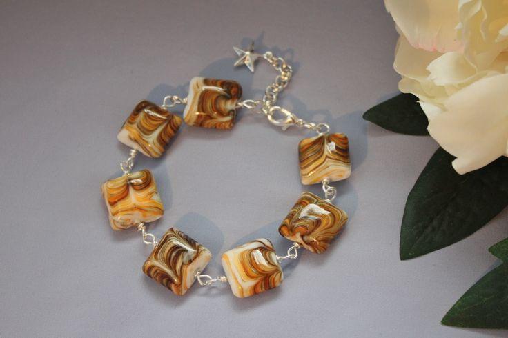Käsin tehty rannekoru. Handgjort armband. Hand made bracelet. http://verkkokauppa.suzanne.fi/    http://shop.suzanne.fi/   https://www.facebook.com/SuzannesShop