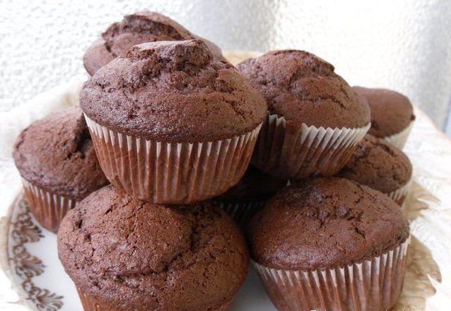 ШОКОЛАДНЫЕ КЕКСЫ: ТОП-6 РЕЦЕПТОВ 🍮  1) Шоколадные кексы с какао  Ингредиенты: ● мука 125 г ● какао-порошок без сахара 25 г ● разрыхлитель 1 ч.л. ● яйцо 1 шт. ● сахар 60 г ● растительное масло 2 ст.л. ● молоко 100 мл  Приготовление: 1. Разогреть духовку до 160° С. 2. Смешать яйцо, молоко, масло и сахар в миске.  3. Просеять в отдельную миску сухие ингредиенты. Перемешать обе смеси.  4. Выложить тесто в застеленные бумажными вкладышами формочки для кексов. Выпекать около 30 минут. Готовность…