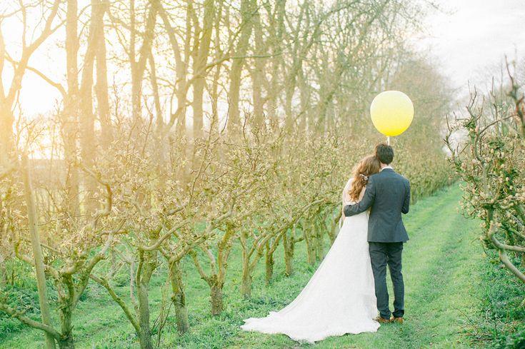 Trouwinspiratie - trouwen met het gras tussen je tenen, midden in de biologische appel- en perenboomgaarden. Het kan op ons Landgoed.