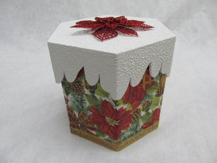 Porta panetone de mdf, decorado com decoupagem, fitas e textura na tampa, além de uma linda flor natalina.