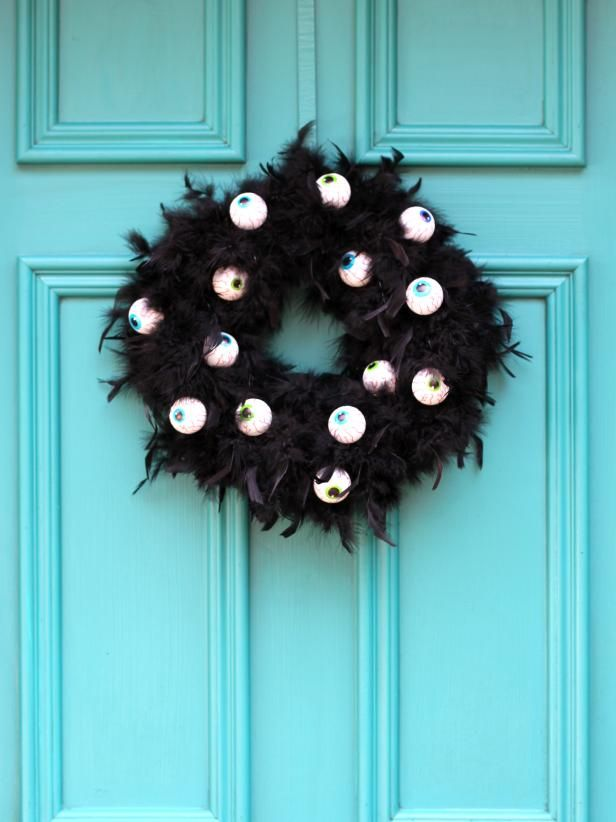 Halloween is getting closer. Are you ready for Halloween decorations? If not, look at the DIY Halloween wreath project I prepared for you today. If you want to find some fun and economical Halloween decorations for your home. These DIY Halloween wrea Modern Halloween, Outdoor Halloween, Halloween Snacks, Diy Halloween Decorations, Holidays Halloween, Halloween Crafts, Halloween Wreaths, Halloween Season, Halloween Ideas