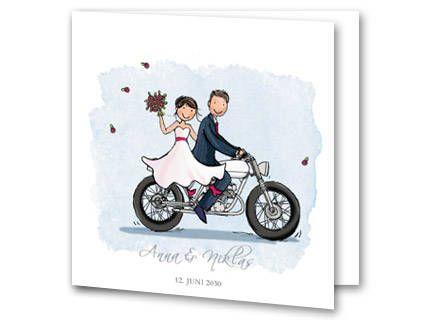 Hochzeitseinladung mit einer weißen Hintergrundfarbe und der Illustration von einem Paar das auf einem Motorrad davonfährt. Auf der Innenseite sind die Vornamen von Braut und Bräutigam in einer pinken Schrift als Überschrift widergegeben. Ein passender Beispieltext ist auf der Innenseite eingefügt welchen Sie mit Ihren eigenen Angaben ergänzen können.