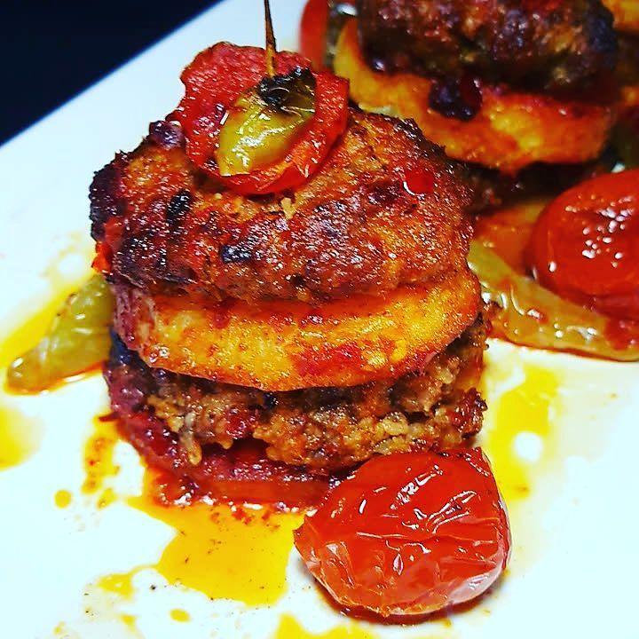 En güzel mutfak paylaşımları için kanalımıza abone olunuz. http://www.kadinika.com Geç saate kalan paylaşım fırsat bulamadım pişmiş haliyle de sunmak istedim. İZMİR  KÖFTE   Malzemeler: Köfte için: 500 gr #kıyma 2 dilim ekmek 1 adet #kurusoğan Sarımsak Tuz Pulbiber Karabiber Maydanoz  #farilya  #domates #salçası 4 adet #patates Domates Sivribiber kızartmak için #myndos gold  zeytinyağı  Hazırlanışı: Dilimlenmiş patatesleri yağda kızartın. Kıyma ekmek baharatları karıştırıp köfteyi yoğurun…