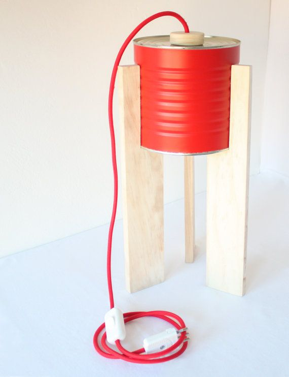 Lampada da tavolo rossa. Eco-lampada. Upcycling design.