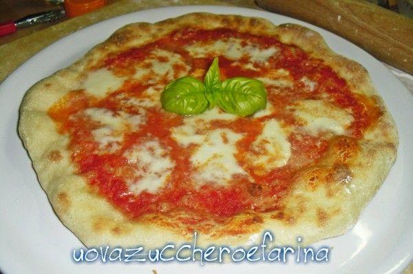 La ricetta base per un'ottima pizza napoletana con il cornicione preparata a casa propria; se la cuocerete nel fornetto per pizze il successo è assicurato!