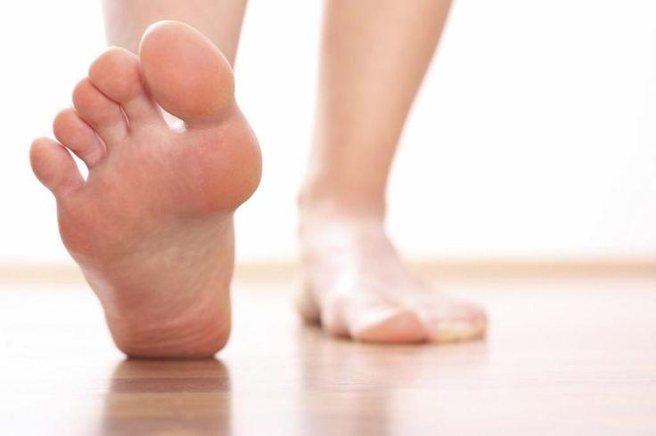 Porque todos deseamos tener unos pies suaves, sobre todo cuando llega la época de las sandalias, compartimos un remedio que te ayudará a conseguirlo. ¡Es facilísimo!
