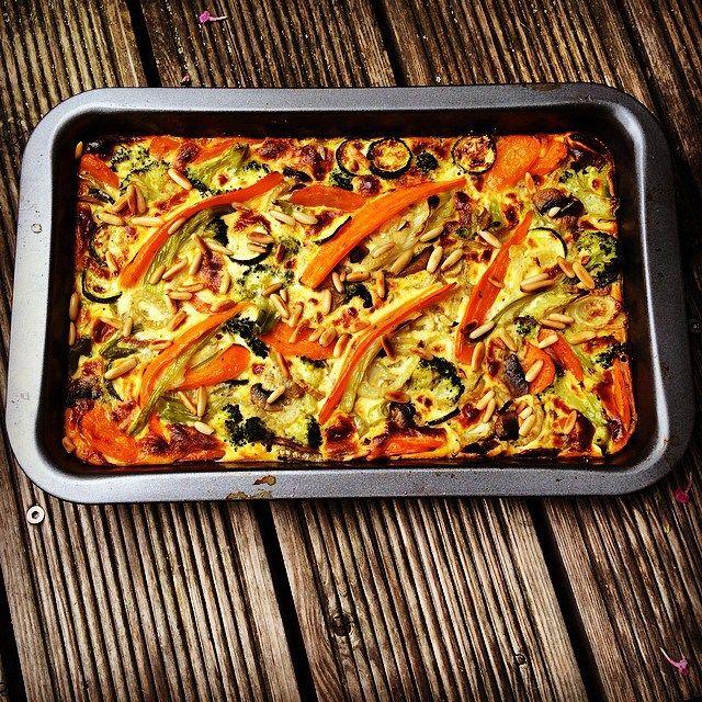 Der Herbst ist eine wunderbare Zeit für gemütliche Gerichte wie dieses! Ganz einfach gemacht, ist so ein Auflauf eine ideale Veggie-Mahlzeit – er kann aber im Rahmen der Low Carb-Ernährung auch eine tolle Beilage sein zu Fleisch, Fisch….was auch immer man sich dazu auf den Teller legen mag…. Verwenden kann man alles, was das Gemüsefach hergibt, bei mir sind drin: 500 g Brokkoli, bissfest gekocht 3 Möhren, in Scheiben, ebenso gekocht 3 Fenchelknollen, in dünne Scheiben geschnitten und…