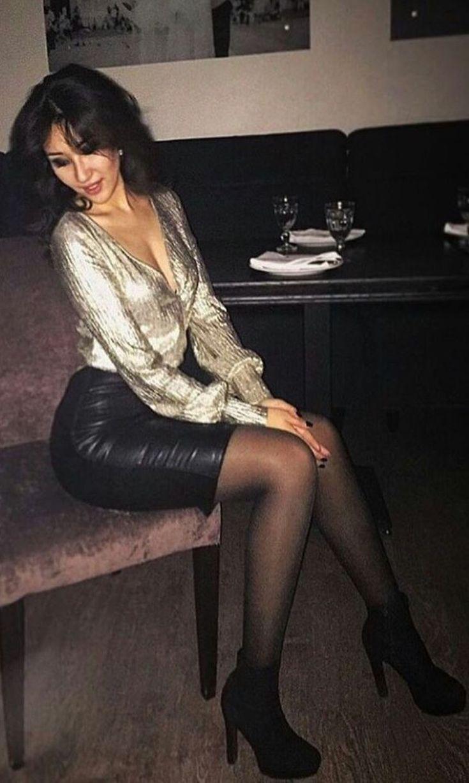Szczupła brunetka pręży się jak może do seksi fotki
