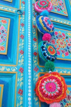 Love the colors on this maybe I will try it on a palet.Crochet FOLKLORE garland