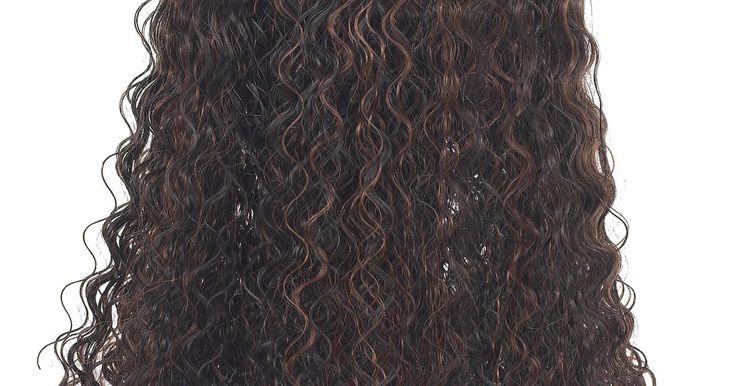 Cómo cuidar una peluca sintética rizada. Las pelucas sintéticas son una opción económica para las mujeres que necesitan cambiar su apariencia rápidamente o para aquellas que han perdido su cabello. Pueden ser cortas, largas, lisas o rizadas, y vienen en una variedad de colores. La mayoría son fáciles de cuidar, pero las pelucas sintéticas rizadas requieren de cuidados y atención extras ...