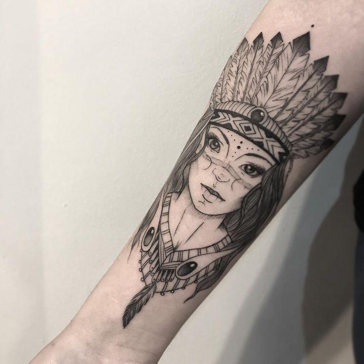Tatuagem criada por Pétala Cavalcanti de Curitiba.    Índia em blackwork.