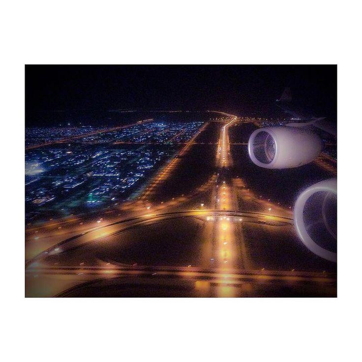 #abudhabi #landing #approach #etihad #etihadairways #ipad #ipadair #ipadphoto #andreaturno #flying #skyscape @andreaturno #night view