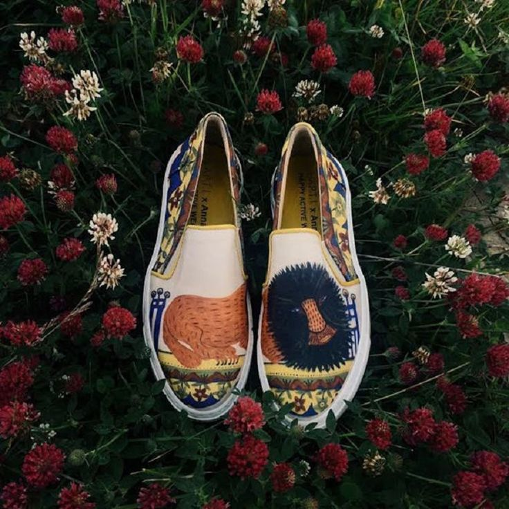 Дизайнерская обувь с картинами известной украинской художницы. http://faqindecor.com/ru/news/dizajnerskaya-obuv-s-kartinami-izvestnoj-ukrainskoj-hudozhnicy/