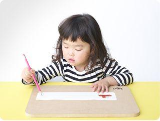 Write More(ライト・モア)は、書くことが楽しくなるボードです。アプリとセットで使うことで、カリカリ、ガリガリ、サラサラといった書くときにでる音「筆記音」を大きくすることができます。子どもたちに、書くことをもっと楽しんでほしい。Write Moreは、そんな想いから生まれたプロダクトです。