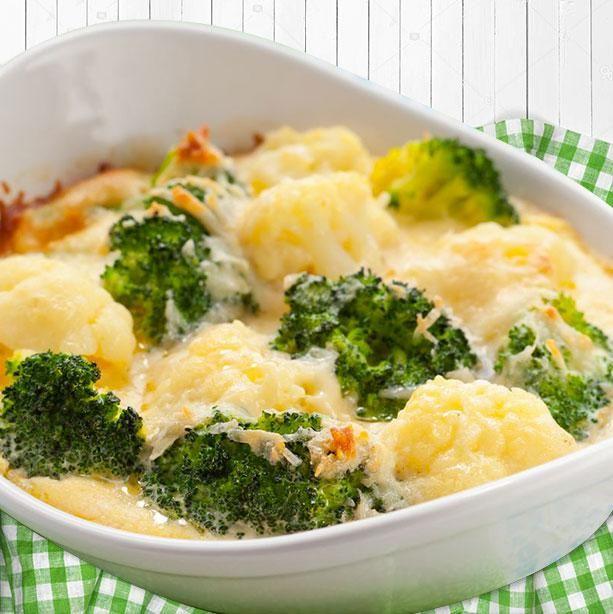 Este plato de brócoli y coliflor al horno rápido y fácil se prepara al momento porque no hay que cocer previamente las verduras, todo se hace en el horno.