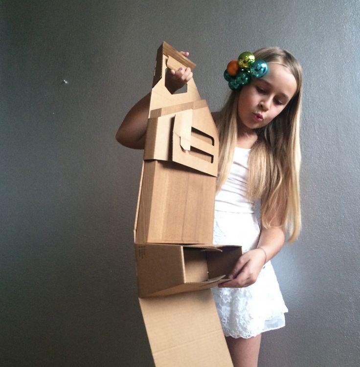 Интересную упаковку, картонную коробку особой конструкции, дляразделочной доски изтемного дуба предлагает Alexandra Palla. Вэту коробку можно сложить всё необходимое дляпикника: продукты, пару бутылок снапитками, столовые приборы исалфетки.  Коробка изготовлена изгофрокартона, имеет самосборную конструкцию, то есть собирается изодной заготовки безприменения клея илискотча. Накоробку нанесена одноцветная печать, скромно, ностильно.  http://am.antech.ru/TmZC