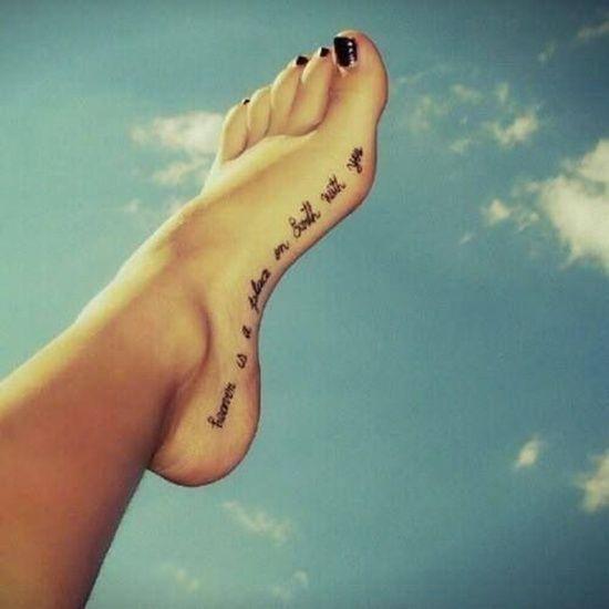 Idée de phrase en anglais à se faire tatouer le long du pied https://tattoo.egrafla.fr/2016/02/29/tatouage-femme-pied/