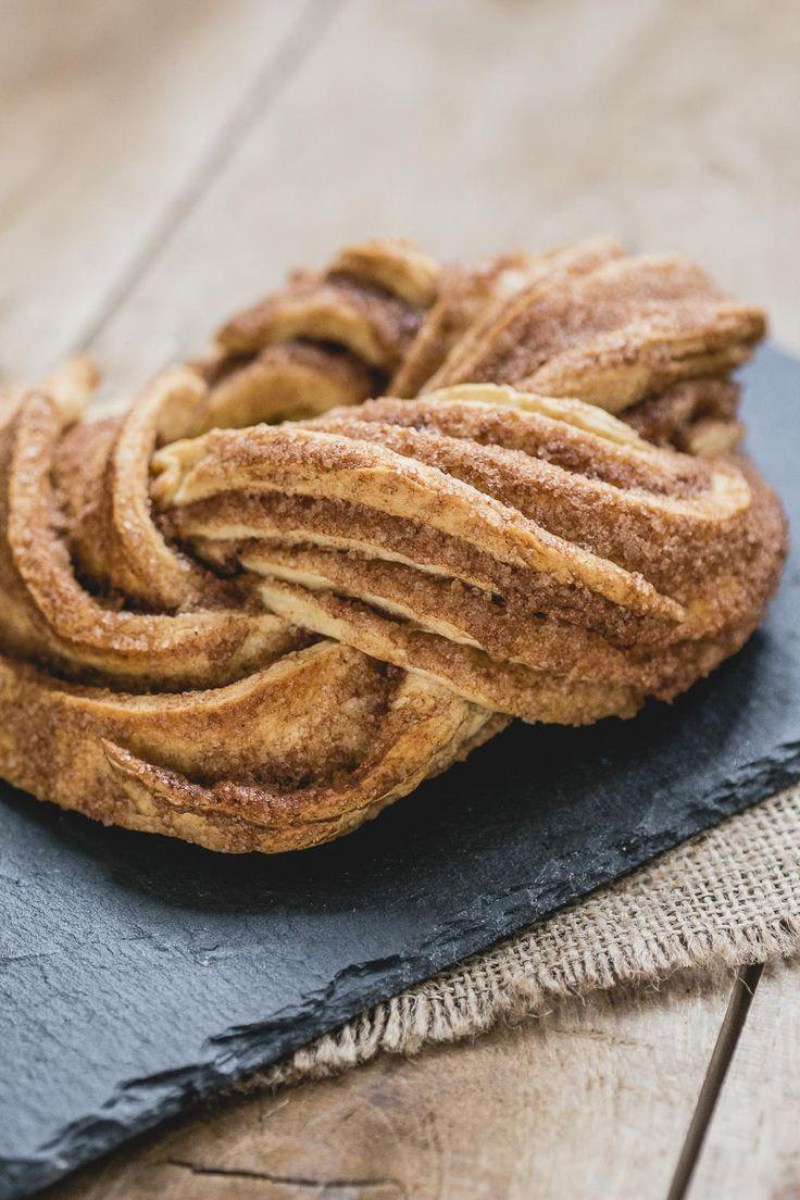 Voor pakjesavond wil je natuurlijk de lekkerste sinterklaas hapjes. Dit speculaas vlechtbrood ziet er prachtig uit en smaakt ook nog eens heerlijk.