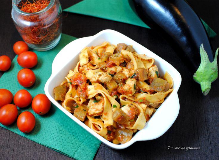 Makaron z kurczakiem i bakłażanem w sosie pomidorowym