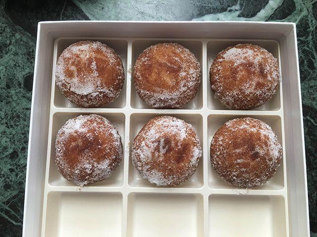 あんドーナツはこのような和菓子の空き箱に入れてみました。ちょっとだけ高級な感じ?