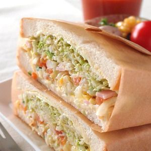 ボリュームのあるサンドイッチの包み方 ~ これでこぼさずに食べられる♪ by 館長さん | レシピブログ - 料理ブログのレシピ満載! 具だくさんの沼風のサンドイッチだってしっかり包むことができるよ! 最近のサンドイッチの主流といえば、これでもか!とたっぷりの具を挟んだ、いわゆる「沼サンド風」の分厚いサンドイッチ。 見た目のインパクト...