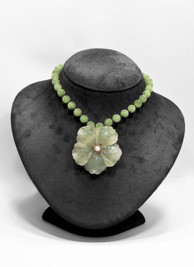 Flower. ciondolo spilla di giada verde con dettagli in oro bianco 18Kt. impreziosito da rubini e brillanti. collana di perle d'acqua dolce verdi. go-ti gioielleria Corinaldo.  #goti #gioielleria #giada #gioielli #fiore #rubini #jewels