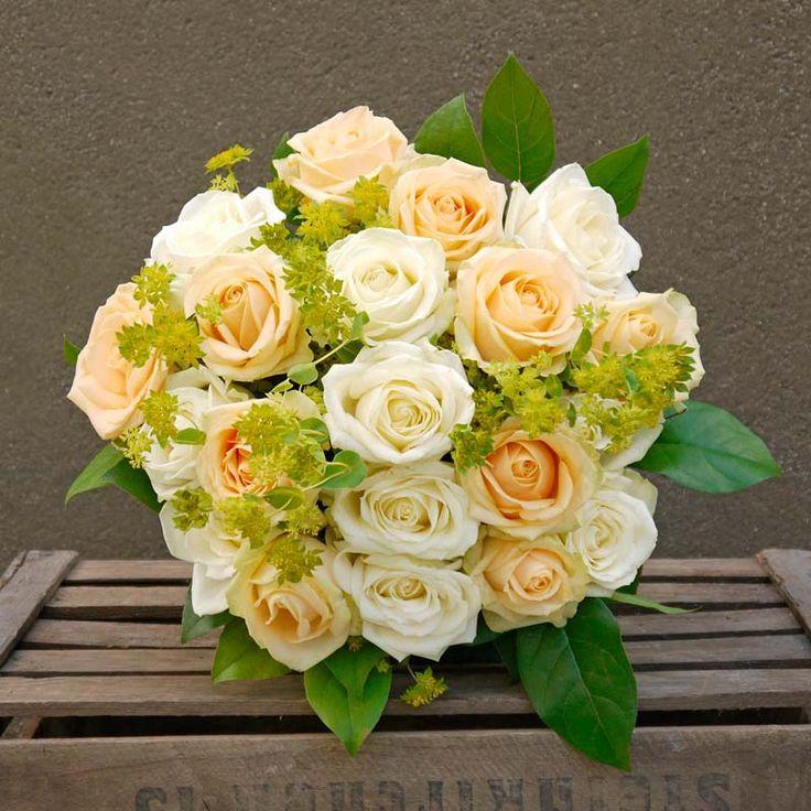 La pureza de las rosas de color blanco combinadas con rosas color melocotón y verdes para contrastar. Sorprende a tu pareja y seres queridos enviando un ramo de rosas de lujo.