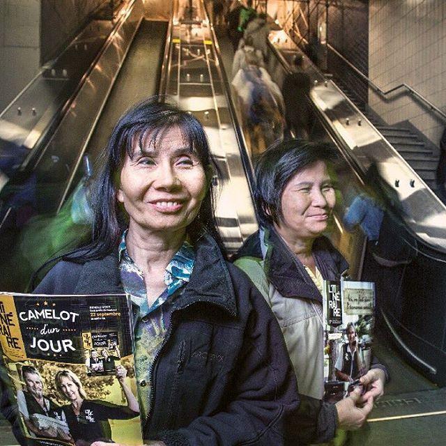 #ProjetCollaboratif Houng et Thien Hoa se relaient au #metrorosemont depuis de nombreuses années pour vendre L'Itinéraire. Même si elles ne sont pas très à l'aise avec la langue française, leur sourire en dit beaucoup !  Ces deux amies sont nos camelots du mois de janvier, photographiées par Roger Lemoyne, premier prix #worldpressphoto. Pour connaître l'histoire des 11 autres participants, demandez le #calendrier2017 à votre camelot préféré(e). #rogerlemoyne #litineraire